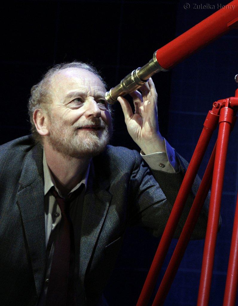 Ian-McDiarmid-as-Galileo-7.jpg