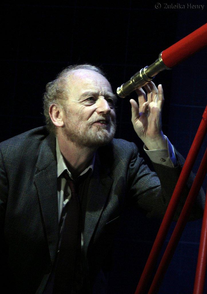 Ian-McDiarmid-as-Galileo-8.jpg
