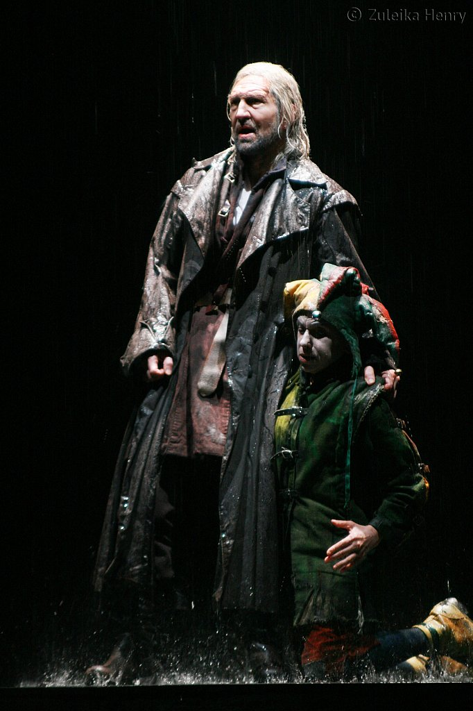 Greg Hicks as King Lear and Kathryn Hunter as a Fool