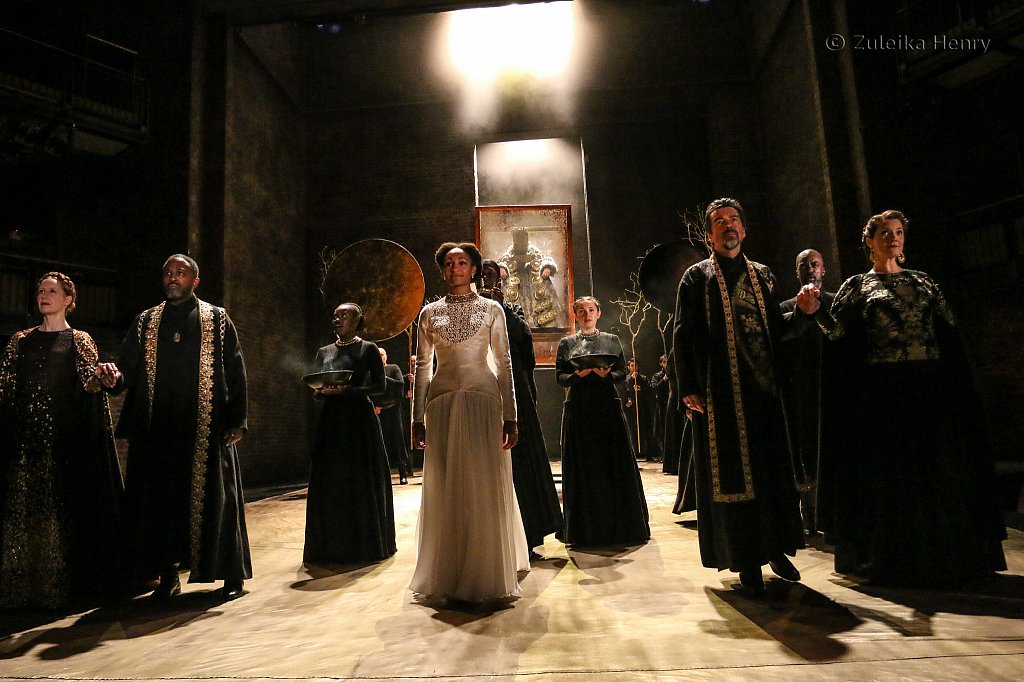 Natalie Simpson as Cordelia, Antony Sher as Lear, Nia Gwynne as Goneril, Kelly Williams as Regan