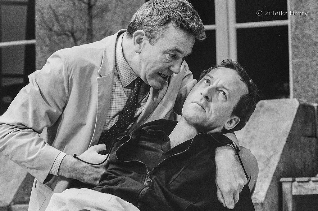 Albert Finney as J.J. Farr and Bob Peck as Kenneth Lowrie