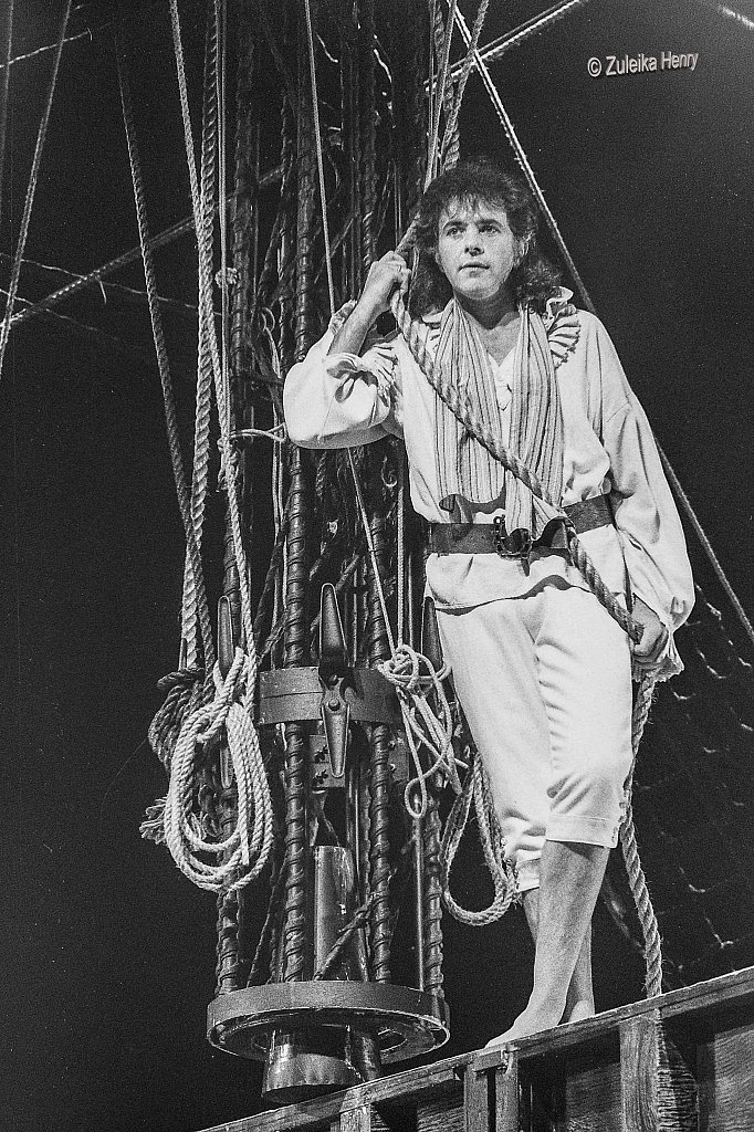 David Essex as Fletcher Christian